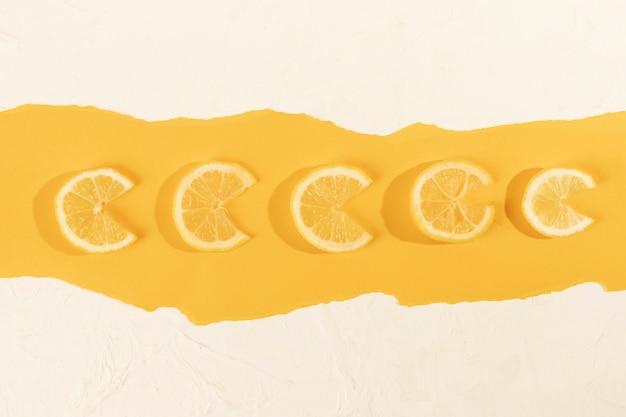 Vista superior de rodajas de limón fresco en la mesa