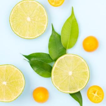 Vista superior de rodajas de limón orgánico sobre la mesa