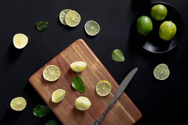 Vista superior de rodajas de limón en la tabla de cortar