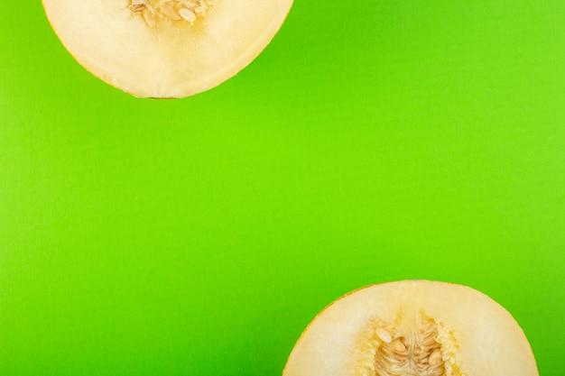 Una vista superior en rodajas de melón fresco dulce pulposo meloso aislado en verde