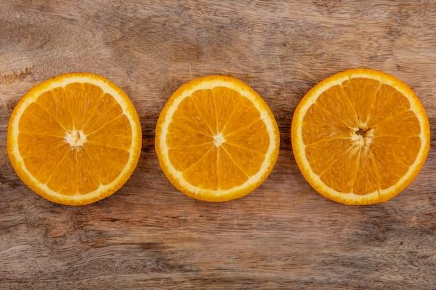 Vista superior de rodajas de naranja sobre una tabla de cortar