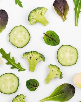 Vista superior de rodajas de pepino con hojas de ensalada