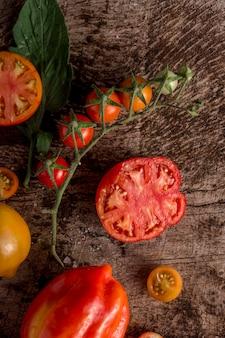 Vista superior de rodajas de tomate y pimiento