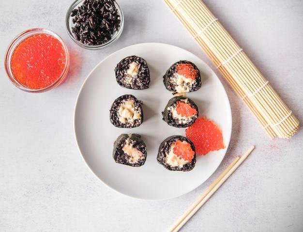 Vista superior de rollos de sushi con caviar