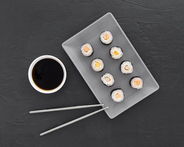 Vista superior rollos de sushi frescos con salsa de soja