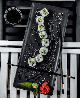 Vista superior de rollos de sushi nori con pepino
