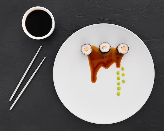 Vista superior de rollos de sushi con salsa de soja