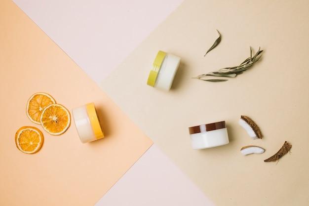 Vista superior de romero, coco y naranja
