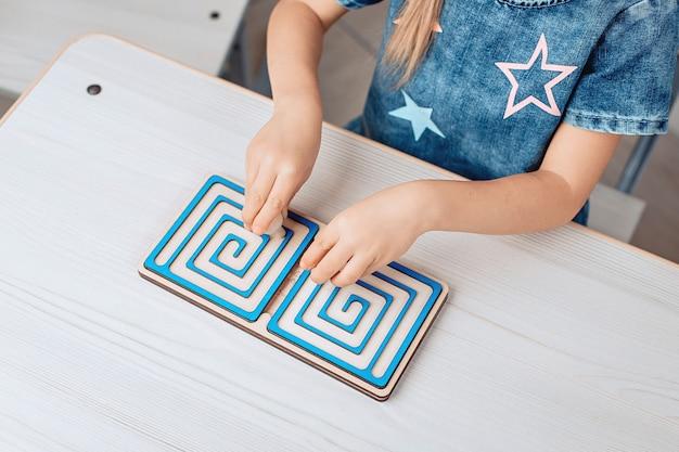 Vista superior de un rompecabezas educativo para niños en forma de laberinto. desarrollo infantil. infancia. concepto de cerebro. foto con ruido