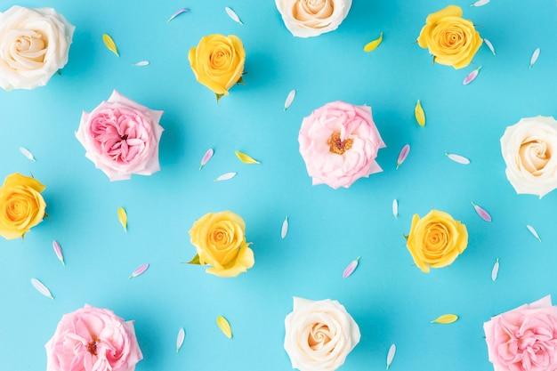 Vista superior de rosas florecientes