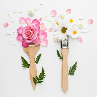 Vista superior rosas flores y pincel de pintura