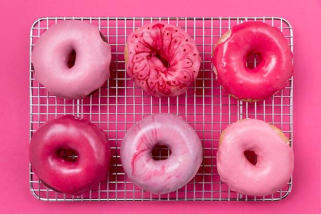 Vista superior de rosquillas rosadas lindas