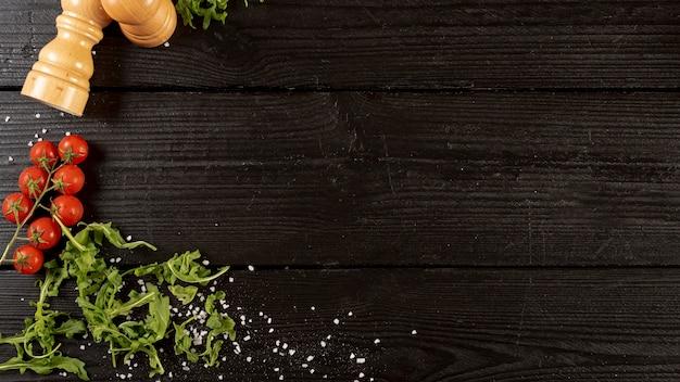 Vista superior de rúcula y tomates con espacio de copia