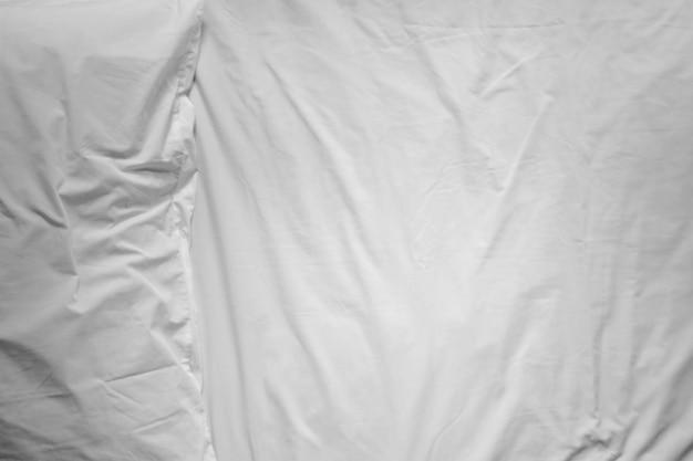 Vista superior de sábanas y almohadas blancas