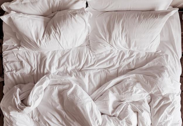 Vista superior de sábanas y almohadas