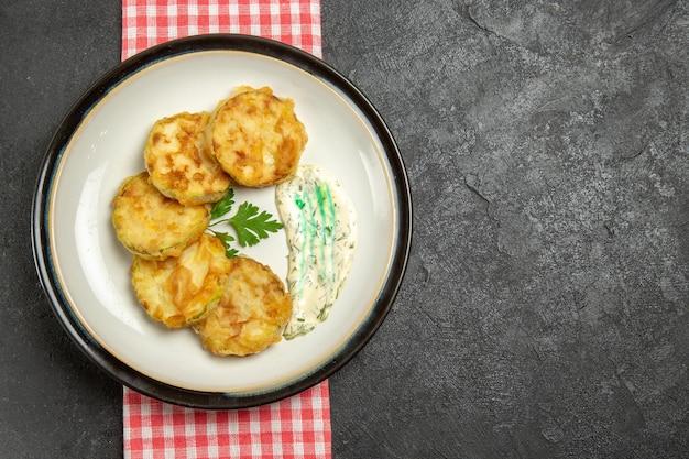 Vista superior de la sabrosa comida de calabaza en rodajas de verduras cocidas en la superficie gris