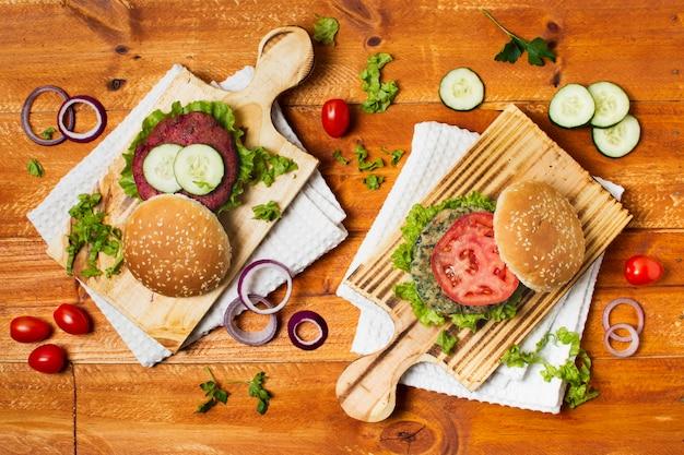 Vista superior sabrosa comida en tabla de cortar