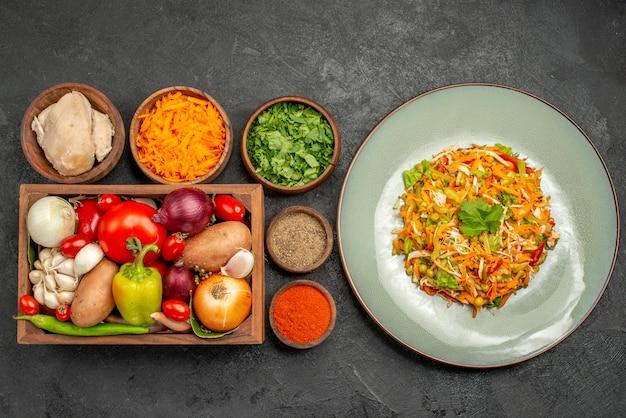 Vista superior sabrosa ensalada con ingredientes en la dieta de salud de alimentos de ensalada gris