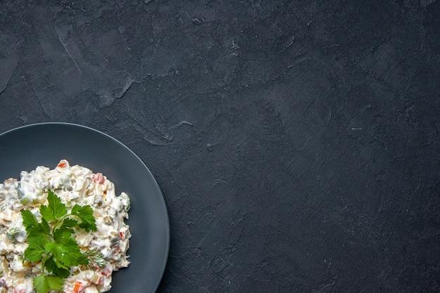 Vista superior sabrosa ensalada de pollo con diferentes verduras hervidas verdes y mayonesa dentro de la placa en la superficie oscura bocadillo de comida horizontal plato de comida colores de la cena