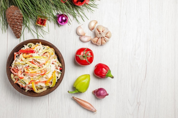Vista superior de la sabrosa ensalada de pollo con mayyonaise y verduras en rodajas en el escritorio blanco, carne, ensalada fresca, comida, merienda