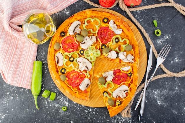 Vista superior sabrosa pizza de champiñones con tomates rojos, aceitunas verdes, champiñones con tomates frescos y aceite por toda la carne de masa de pizza de escritorio gris