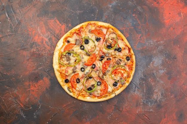 Vista superior de la sabrosa pizza de queso en rodajas y servida en una superficie de color marrón oscuro