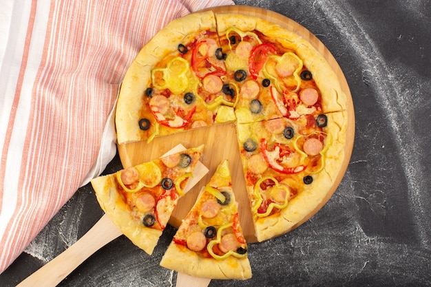 Vista superior sabrosa pizza con queso con tomates rojos, aceitunas negras, pimientos y salchichas en el fondo gris, comida rápida, masa italiana, comida, hornear