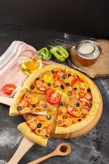 Vista superior de la sabrosa pizza con queso con tomates rojos, aceitunas negras y salchichas en el escritorio oscuro con aceite y tomates frescos, comida rápida, masa italiana para hornear