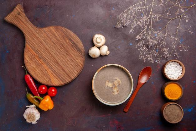 Vista superior sabrosa sopa de champiñones con diferentes condimentos en la comida de condimento de setas de sopa de fondo oscuro