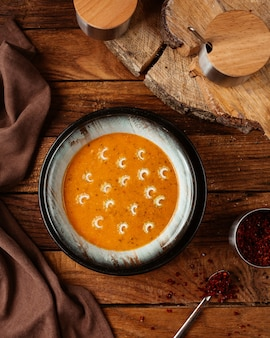 Una vista superior sabrosa sopa en el escritorio de madera comida comida sopa
