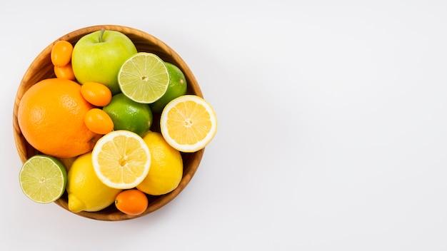 Vista superior sabrosas frutas en un tazón