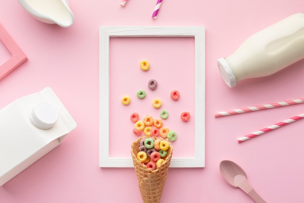 Vista superior sabroso cono de azúcar con cereal