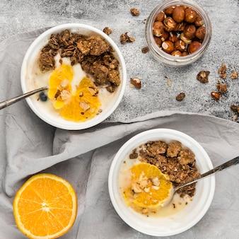 Vista superior sabroso desayuno cuencos con frutas