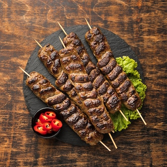 Vista superior del sabroso kebab con carne y ensalada