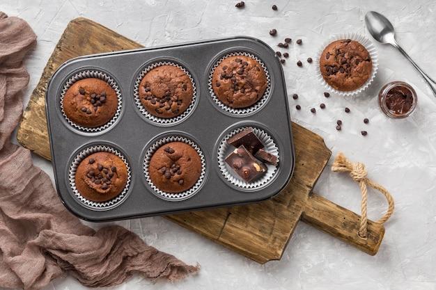 Vista superior sabroso muffin en bandeja para hornear