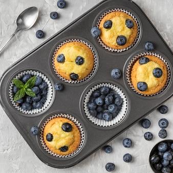 Vista superior sabroso muffin con frutos del bosque de arándanos