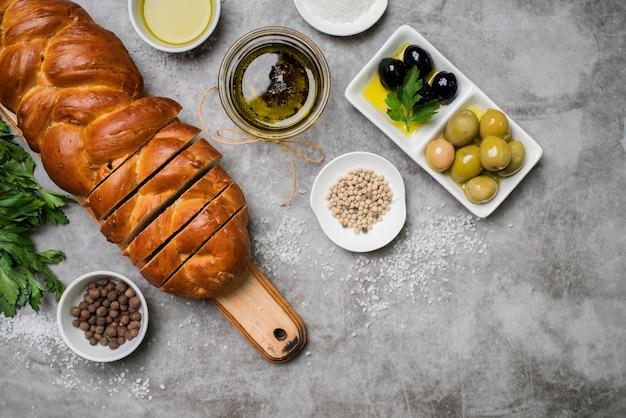 Vista superior sabroso pan con aceitunas orgánicas