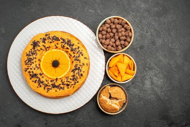 Vista superior sabroso pastel dulce con rodajas de naranja en la superficie oscura pastel pastel postre té galleta dulce