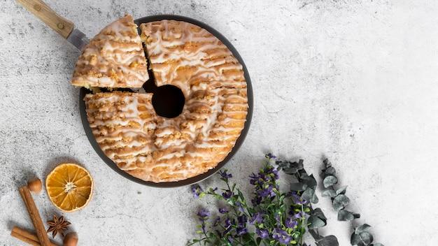 Vista superior sabroso pastel hecho a mano sobre la mesa
