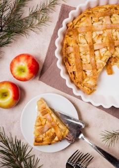 Vista superior del sabroso pastel de manzana de acción de gracias con cubiertos