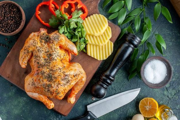 Vista superior sabroso pollo cocido condimentado con patatas sobre fondo oscuro color carne plato cena comida restaurante barbacoa
