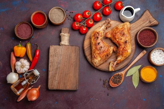 Vista superior sabroso pollo frito con verduras frescas y condimentos sobre fondo oscuro comida comida de pollo carne vegetal