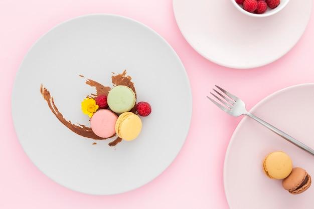 Vista superior sabrosos macarons sobre la mesa