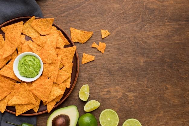 Vista superior sabrosos nachos con guacamole fresco