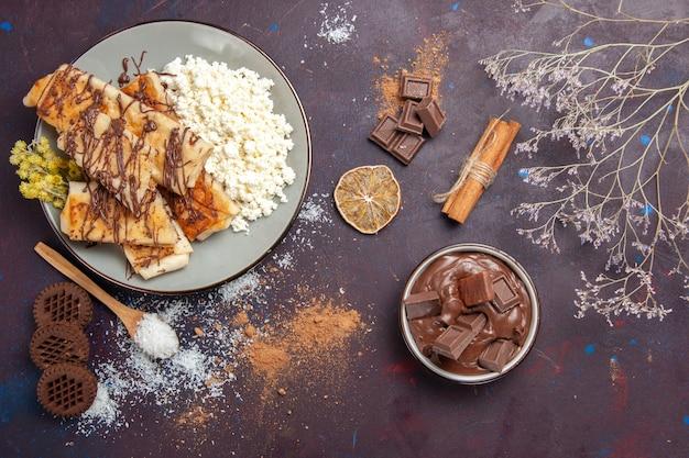 Vista superior de sabrosos pasteles dulces con requesón sobre fondo oscuro, pastelería, pastel de galletas, azúcar, té dulce