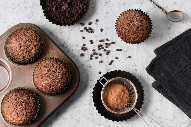 Vista superior sabrosos pastelitos de chocolate listos para ser servidos