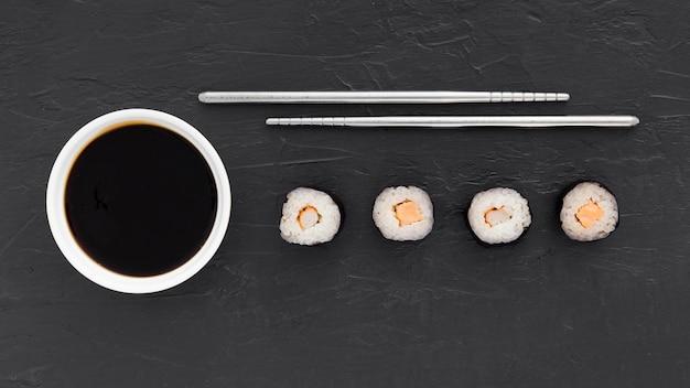 Vista superior sabrosos rollos de sushi con salsa de soja