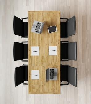 Vista superior sala de reuniones vacía con sillas, mesa de madera, notebookslaptops representación 3d