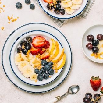 Vista superior saludable desayuno con avena y fruta receta