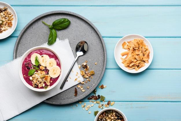 Vista superior saludable plato de comida con semillas